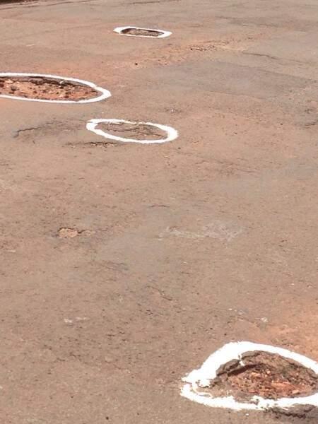 Moradores circularam buracos com tinta branca para sinalizá-los. (Foto: Direto das Ruas)