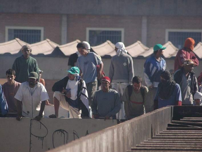 Presos no telhado do Estabelecimento Penal Jair Ferreira de Carvalho, o presídio de segurança máxima de Campo Grande, durante rebelião em 2006 (Foto: Adriano Hany/Arquivo)