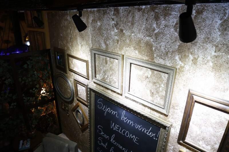 Na sala de Boas Vindas, a parede foi customizada com pó de cedro, e a arquiteta brinca com a iluminação. (Foto: Gerson Walber)