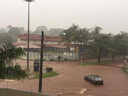 """Chuva provoca alagamento e Rachid Neder já tem carro """"ilhado"""""""