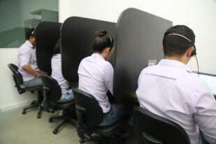 Atendentes solucionam dúvidas de quem compra pela internet. (Foto: Alcides Neto)