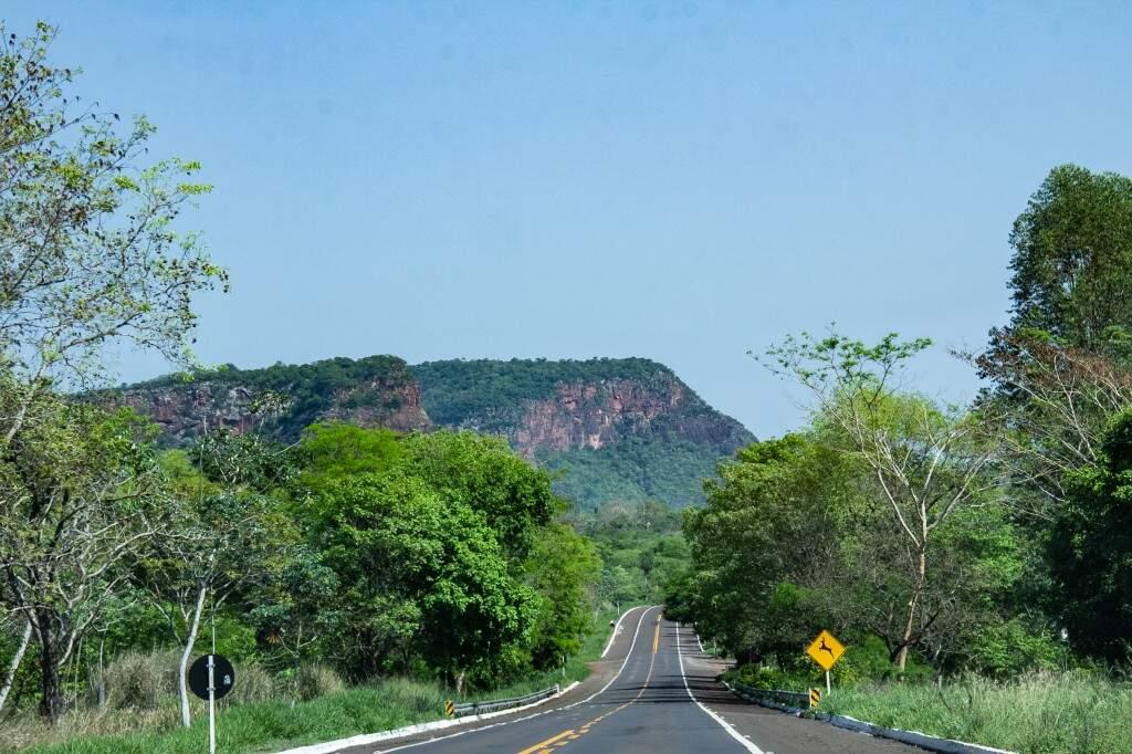 No caminho para Aquidauana, morro e placa alertando para travessia de animais silvestres. (Foto: Kisie Ainoã)
