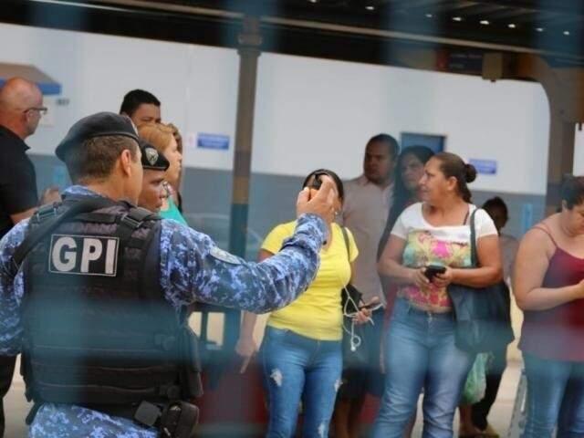 Guarda aponta spray de pimenta para passageiras; Grupo especial foi acionado para dispersar manifestantes no terminal (Foto: Marcos Maluf)