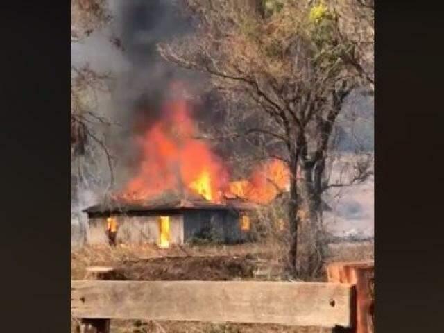 Chamas destruíram casas inteiras; causas ainda são desconhecidas. (Foto: Reprodução)