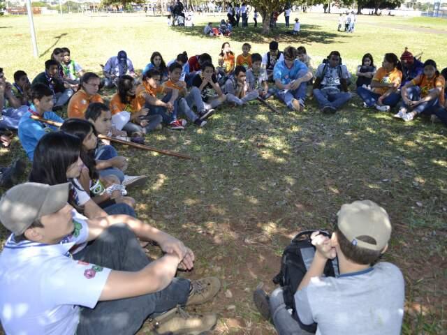 Escoteiros durante atividade no parque. (Foto: Simão Nogueira)
