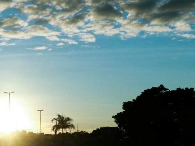 Manhã será de céu parcialmente nublado em Campo Grande nesta terça-feira (19). (Foto: Henrique Kawaminami)