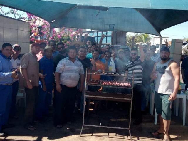 Vaquinha entre manifestantes garantiu churrasco e almoço dos integrantes do protesto na BR-163. (Foto: Direto das Ruas)