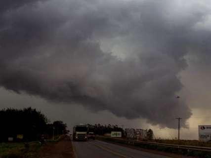 Maluco por tempestade, Maycon põe o pé na estrada para clicar temporais
