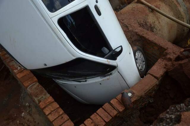 Três ocupantes do veículo saíram ilesos.
