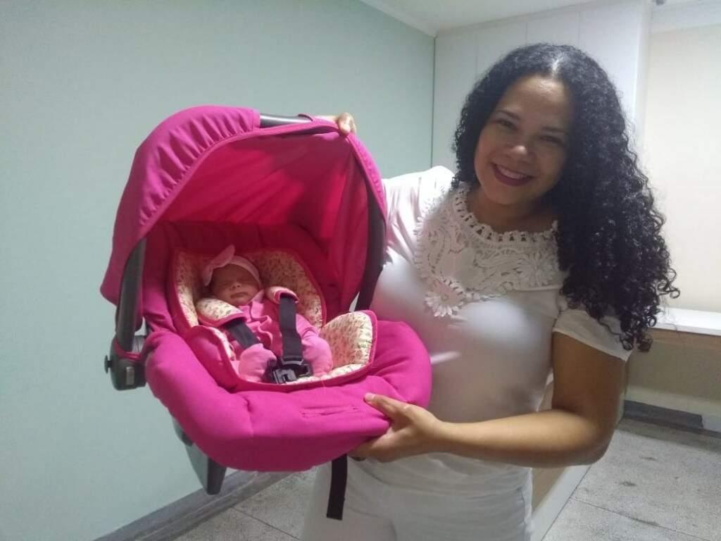 Técnica em Enfermagem, Carla Viana e a bebêzinha Cecília. (Foto: Arquivo Pessoal)