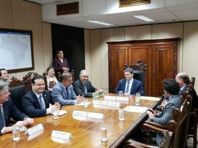 Ministro (ao centro) garantiu licitação de projeto técnico para trecho da rota bioceânica ainda neste ano. (Foto: Edson Leal/Subcom/Divulgação)