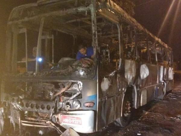 Ônibus ficou totalmente destruído, no Jardim Aero Rancho. (Foto: Direto das Ruas)