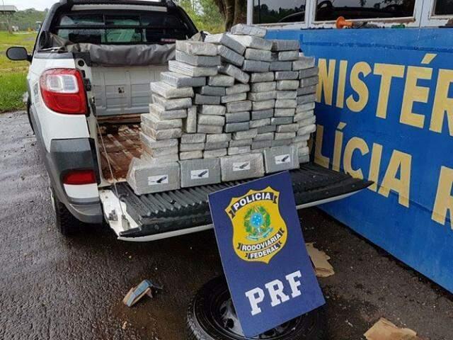 Droga foi avaliada em R$ 3 milhões e tinha destino a cidade de Umuarama (Foto: Divulgação/PRF)