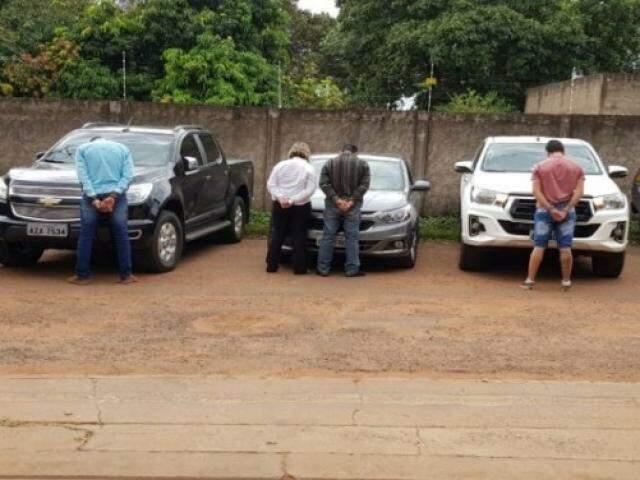 Suspeitos em frente aos veículos em que seguiam viagem. (Foto: Diário Corumbaense)