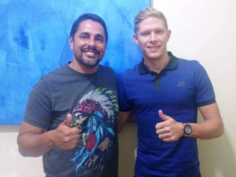O meia Marlon, irmão de Marlone, com o gestor Tony Montalvão na sua apresentação ao Sete de Setembro (Foto: Sete/Divulgação)