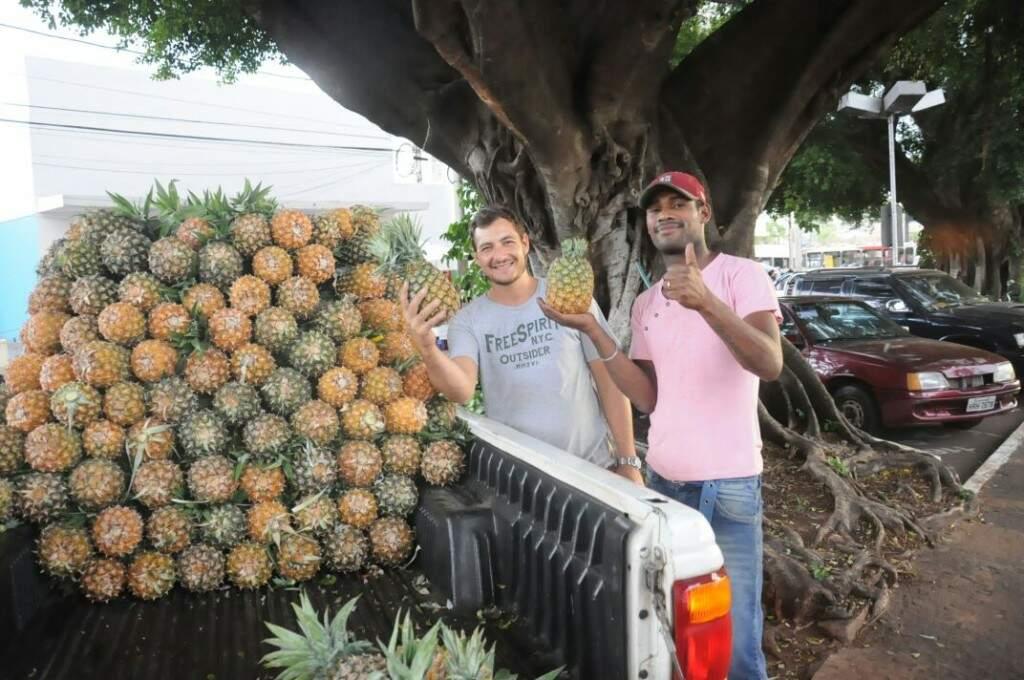 Dupla diz que vendeu 1,5 mil abacaxis. (Foto: Paulo Francis)
