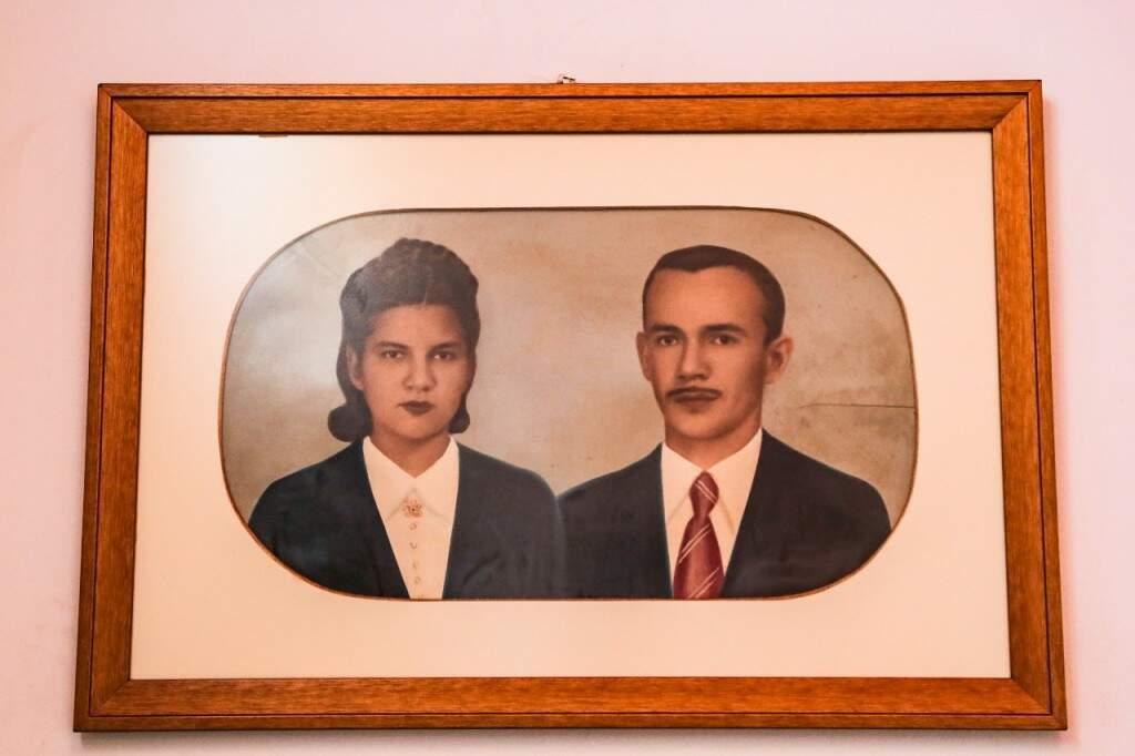 Em uma das paredes da casa, a foto retocada na pintura de Eliete e Laudemiro no passado. . (Foto: Kísie Ainõa)