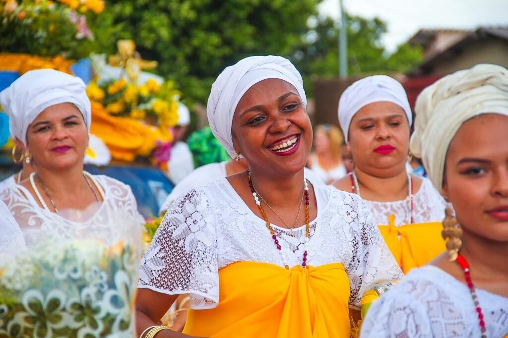 Não faltaram sorrisos com roupas e adereços religiosos. (Foto: Marcos Ermínio)