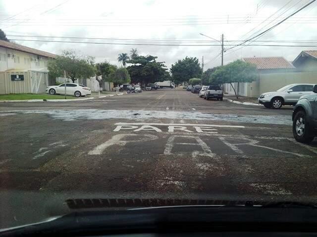 """Moradores pintaram novo """"Pare"""" para evitar acidentes em cruzamento (Foto: Divulgação)"""