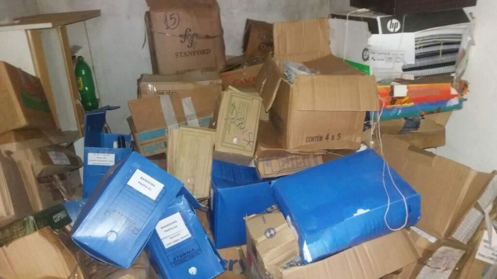Caixa e diversos arquivos com papeis foram encontrados no local