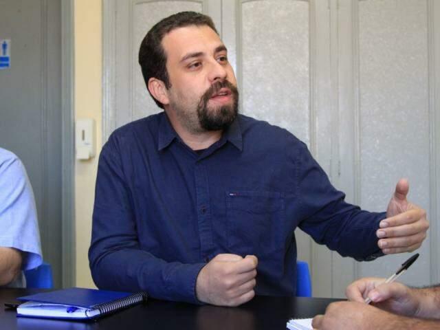 Guilherme Boulos durante entrevista ao Campo Grande News (Foto: Marina Pacheco)