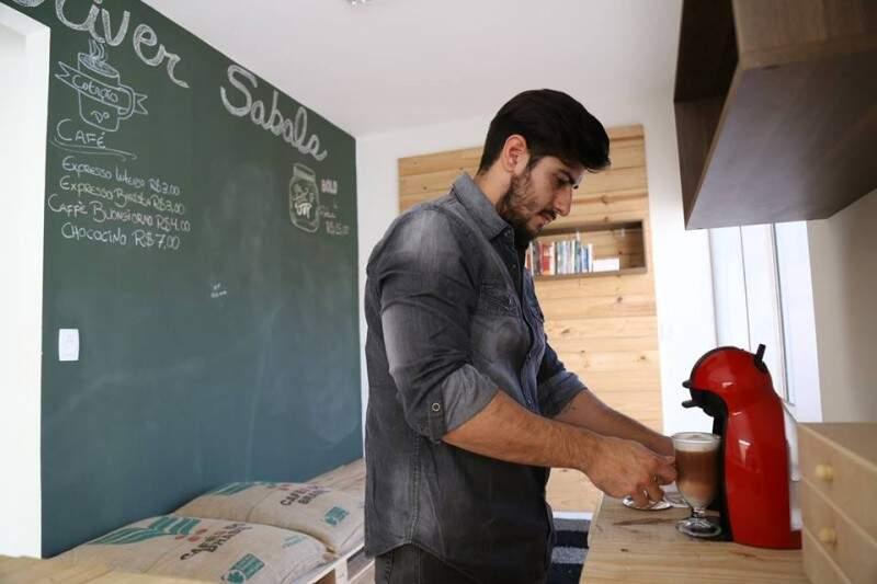 Oliver Sabala oferece um espaço com variados tipos de cafés, doces e guloseimas. (Foto: Fernando Antunes)