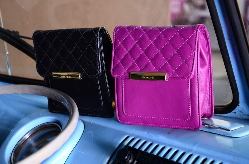 Couro em cores variadas nas bolsas menores. - (Foto Divulgação)