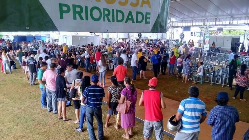 Moradores esperam na fila para fazer consulta com oftalmologista durante a Caravana da Saúde (Foto: Eliel Oliveira)