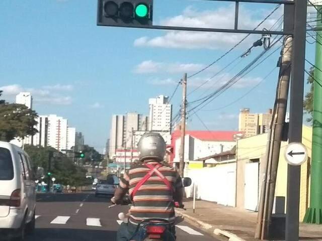 Motociclista levando criança presa ao peito (Foto: Direto das ruas)