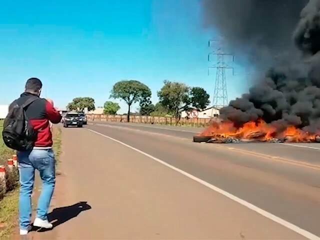 Protesto de caminhoneiros em rodovia (Foto: Reprodução)