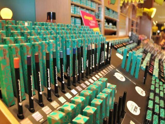 Há delineadores coloridos (R$ 19,90), esmaltes (R$ 11,90), batons de cores vibrantes (R$ 21,90).
