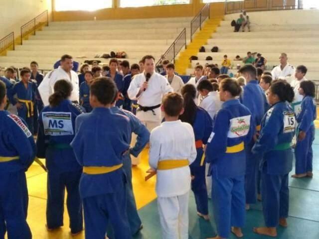 Tiago Camilo (ao centro) conversa com judocas durante treinamento (Foto: Bruna Kaspary)