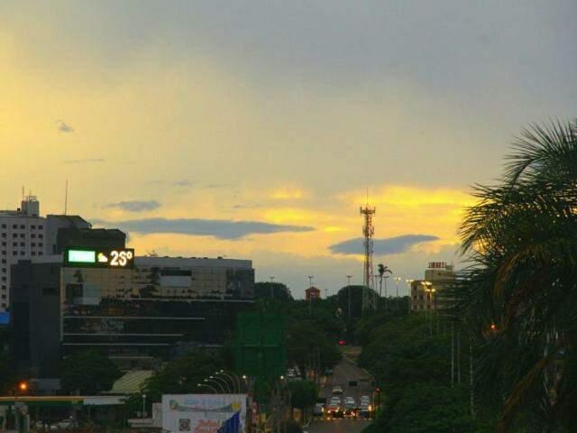 Céu com sol entre nuvens na região central de Campo Grande no fim da tarde desta sexta-feira (Foto: Marcos Ermínio)
