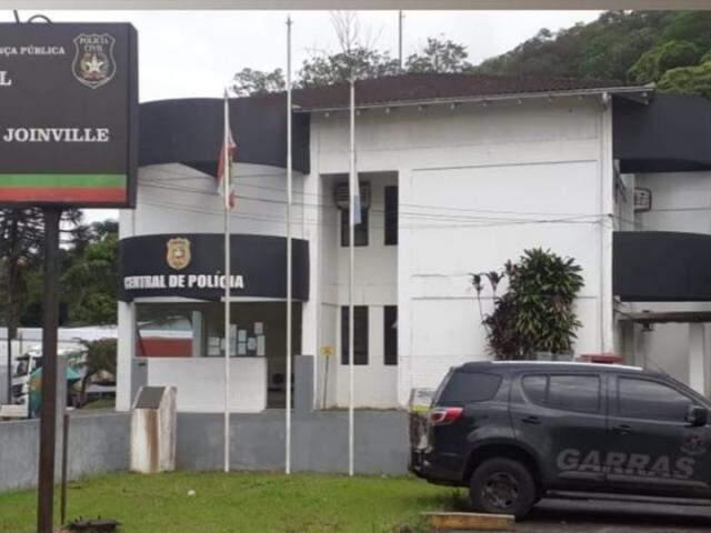 Viatura do Garras em unidade da Polícia de Santa Catarina, onde foi buscar Eurico dos Santos Mota, preso por participar da morte de estudante de Direito. (Foto: Reprodução Instagram)