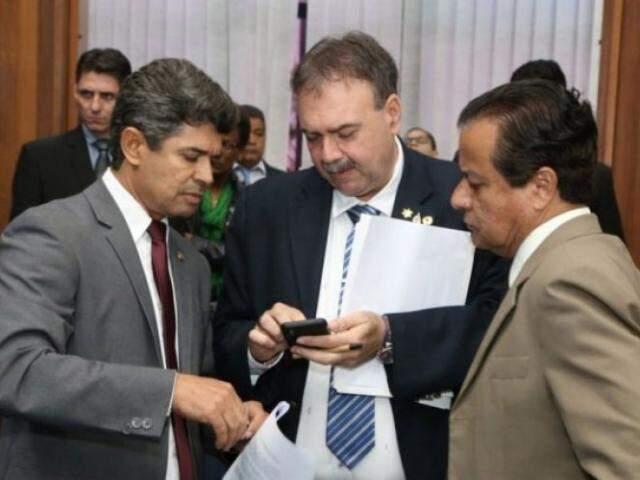 Deputados Rinaldo Modesto (PSDB), Paulo Siufi (MDB) e Amarildo Cruz (PT) durante sessão (Foto: Victor Chileno/ALMS)
