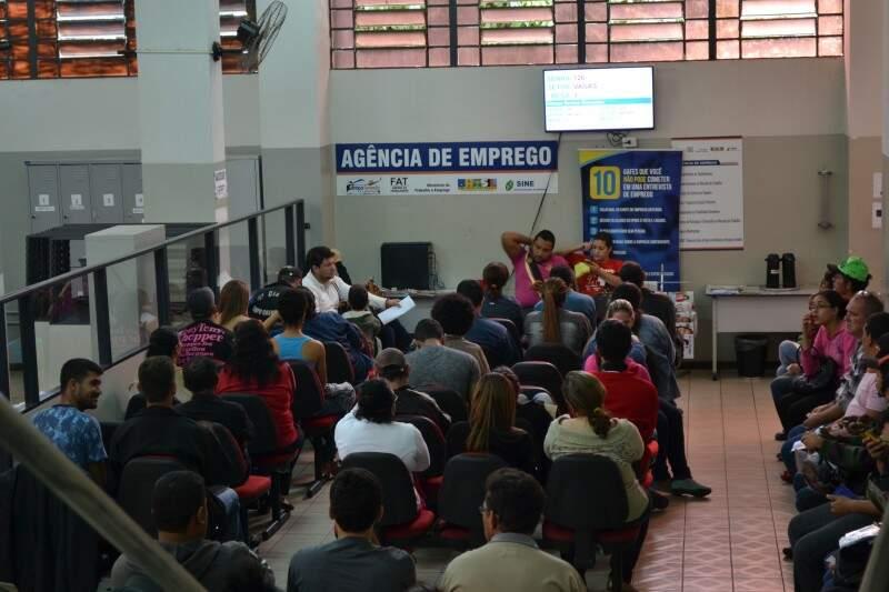 Trabalhadores lotam Funsat (Fundação Social de Trabalho em Campo Grande) em busca de empregos. (Foto: Pedro Peralta)
