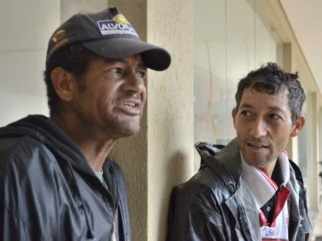 Pedreiros, José Roberto e Roberto assustaram com o barulho. Para eles, o som foi de batida de carreta. (Foto: Minamar Júnior)