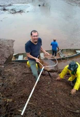 Vander de Jesus, gerente de Recursos Pesqueiros do Imasul, diz que foram ao todo 10 mil peixes retirados.  (Foto: Assessoria de imprensa/Imasul)