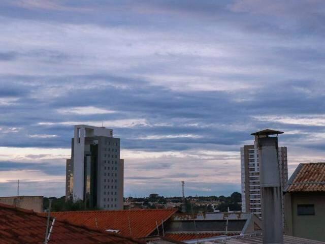 Em Campo Grande o dia amanheceu com céu parcialmente nublado. (Foto: Henrique Kawaminami)