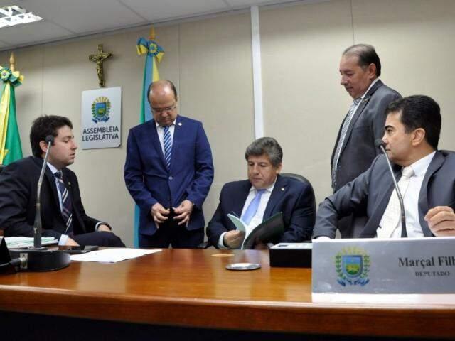 Deputados João Henrique Catan (PR), José Carlos Barbosa (DEM), Lídio Lopes (Patri), Gerson Claro (PP) e Marçal Filho (PSDB), durante sessão da CCJR (Foto: Luciana Nassar/ALMS)