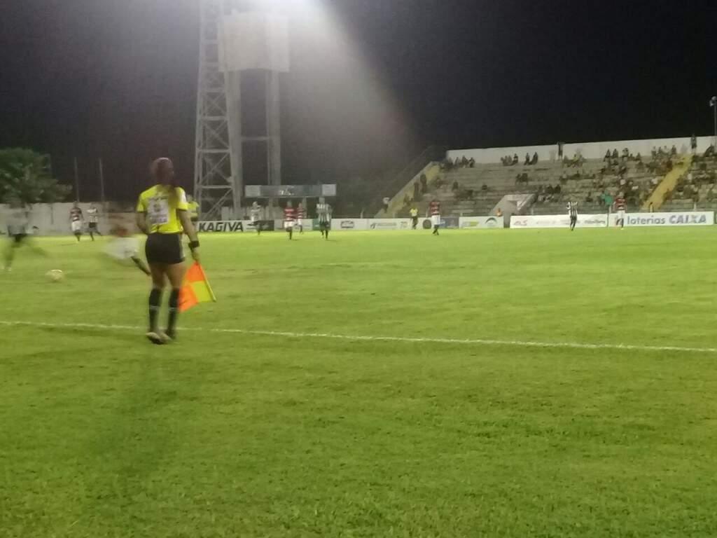 Arbitragem no Arthur Marinho na noite deste sábado (Foto: Luiz Mário Anache/ Direto das Ruas)