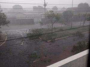 Chuva forte com ventos até 55 km/h provoca alagamentos pela Capital