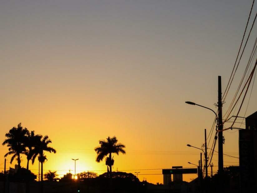 Nascer do sol na Fernando Corrêa da Costa, uma das avenidas mais movimentadas da cidade  (Foto: Henrique Kawaminami)
