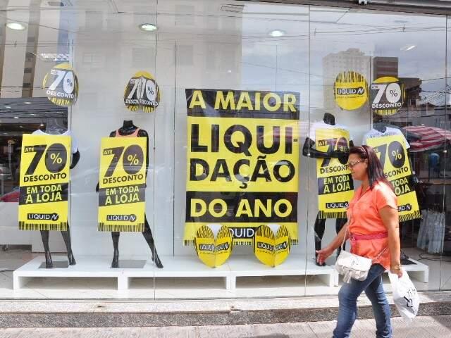 No Centro, as placas indicam que os preços caíram. (Fotos: Luciano Muta).