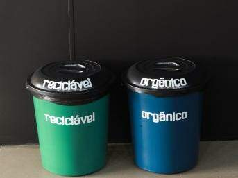 As lixeiras contam com separação de resíduo reciclável e orgânico, sendo apenas duas unidades centralizadas para a captação de todo o lixo. (Foto: Divulgação)