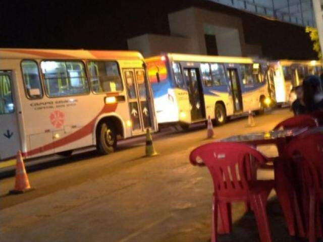 Em frente a universidade ocorre congestionamento até de ônibus. (Foto: Direto das Ruas)