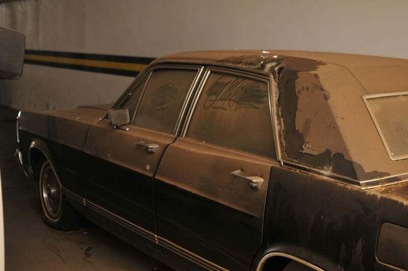 Carro está empoeirado e saiu da garagem pela última vez em 2007. (Foto: Alcides Neto)