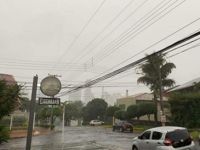 Chove na região do Bairro Itanhangá Park, em Campo Grande (Foto: Direto das Ruas)