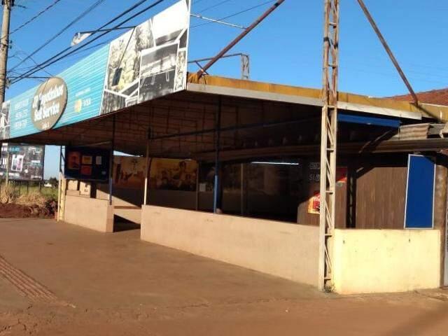 Restaurante foi invadido durante a madrugada. Bandidos arrombaram uma parede de PVC. (Foto: Mirian Machado)