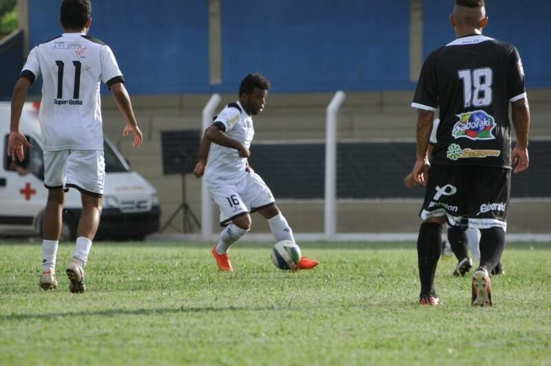 O Novoperário, de branco, venceu o Misto de Três Lagoas por 3 a 0 esta tarde no Estádio Jacques da Luz e encostou no líder do Grupo A (Foto: Alcides Neto)